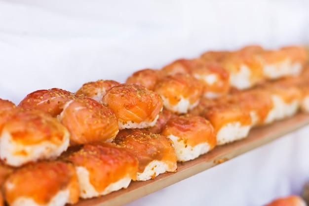Cucina asiatica sushi, panini e sashimi nel ristorante