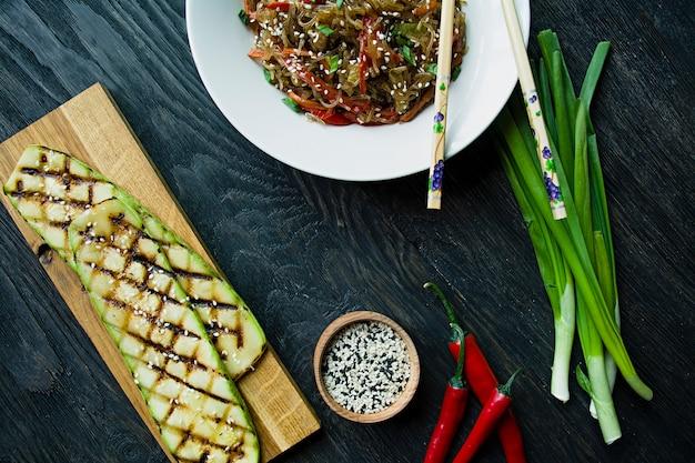 Cucina asiatica. tagliatelle al cellophane decorate con verdure