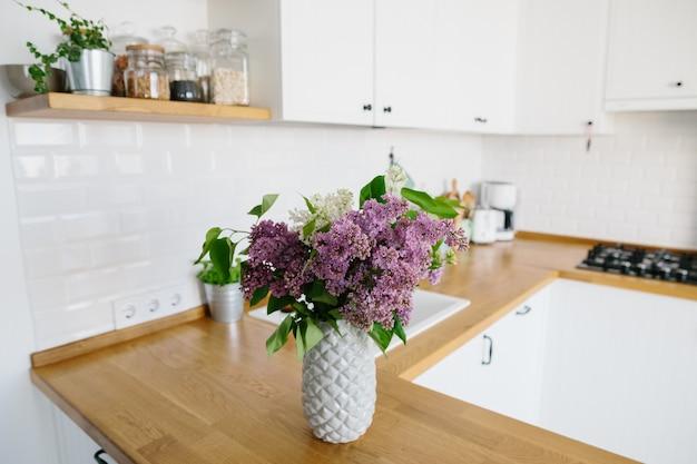 Cucina bianca moderna in stile scandinavo