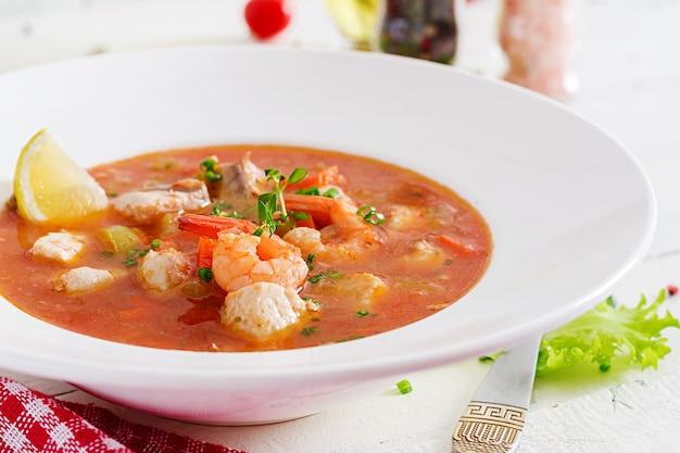 Cucina brasiliana: capelaba di pesce e peperoni moqueca in salsa di cocco piccante