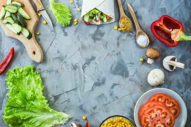 Cucina burrito messicano vegano - verdure e funghi