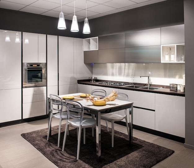 Cucina componibile di lusso moderna con tavolo centrale