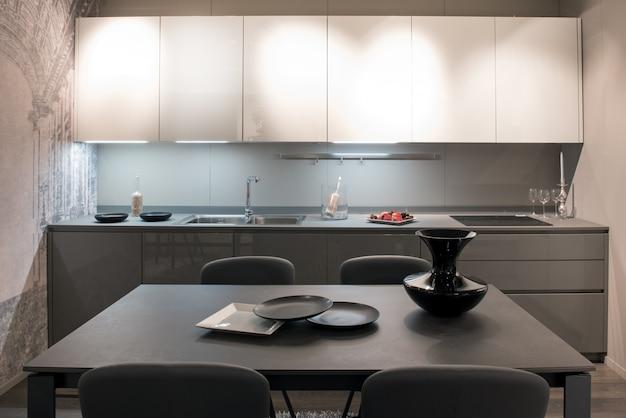Cucina componibile moderna, grigia e bianca