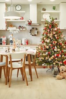 Cucina con decorazioni natalizie