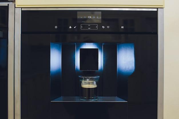 Cucina contemporanea con macchina da caffè incorporata.