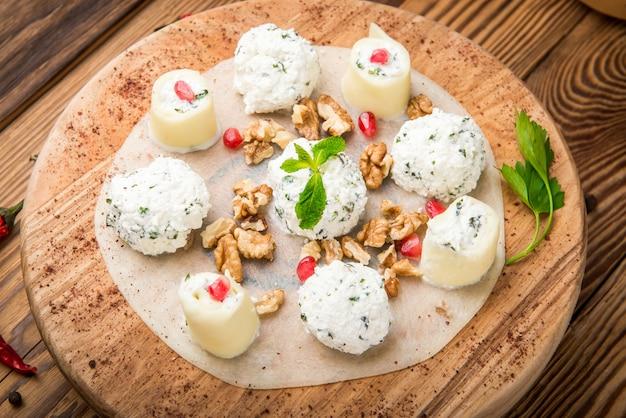 Cucina georgiana cagliata di spezie