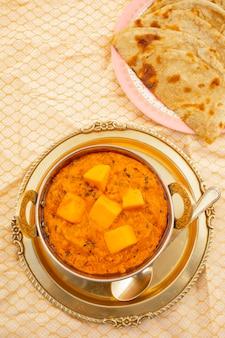 Cucina indiana formaggio al burro masala servito con tandoori roti