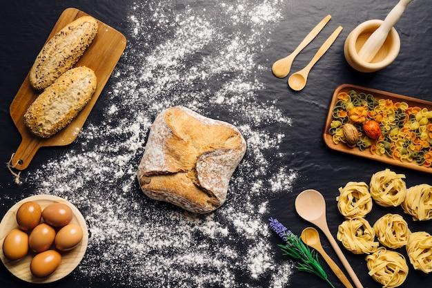 Cucina italiana con pane, uova e pasta
