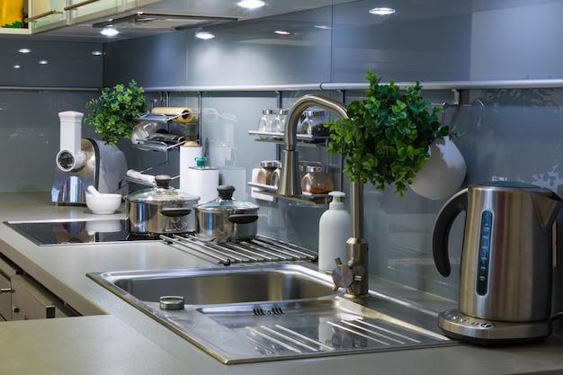 Cucina moderna a casa con stoviglie
