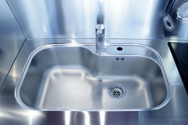 Cucina moderna con lavello da cucina in argento