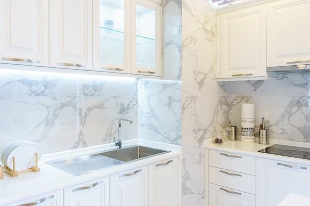 Cucina moderna e luminosa con elettrodomestici in acciaio inossidabile. interior design.