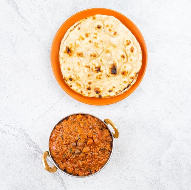 Cucina salutare indiana chana masala servita con tandoori roti