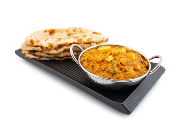 Cucina sana indiana del nord chole paneer su fondo bianco