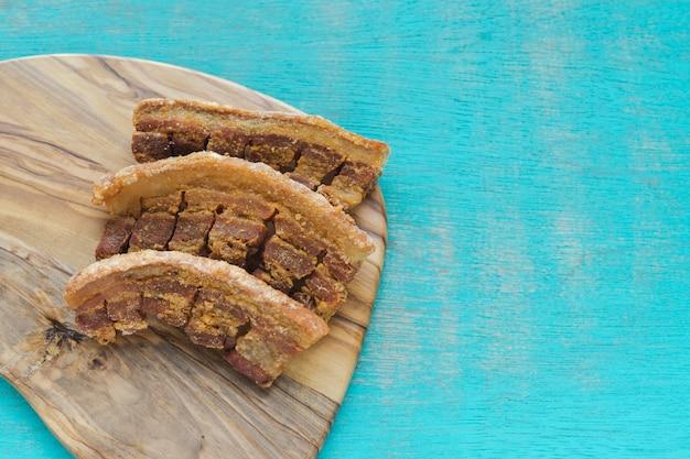 Cucina tipica colombiana. scorze di maiale fritto colombiano su sfondo blu