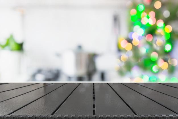 Cucina vaga con l'albero di natale sul ripiano del tavolo. sfondo per visualizzare i tuoi prodotti.
