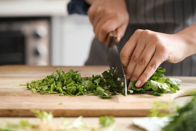 Cucinando. lo chef sta tagliando le verdure in cucina
