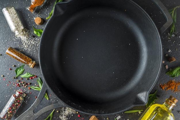 Cucinare cibo con erbe, olio d'oliva e spezie