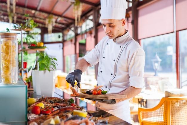 Cucinare frutti di mare in un ristorante.