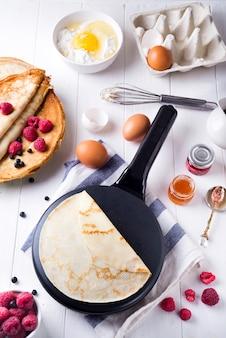 Cucinare gli ingredienti per fare i pancake