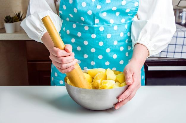 Cucinare gnocchi con purè di patate nella cucina di casa.