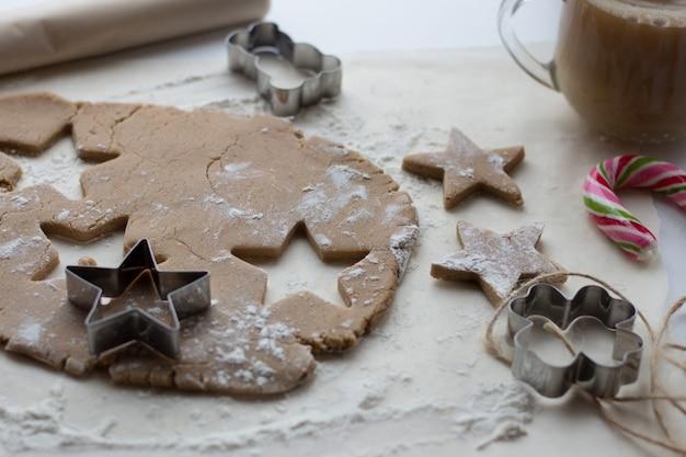Cucinare il pan di zenzero in cucina atmosfera natalizia
