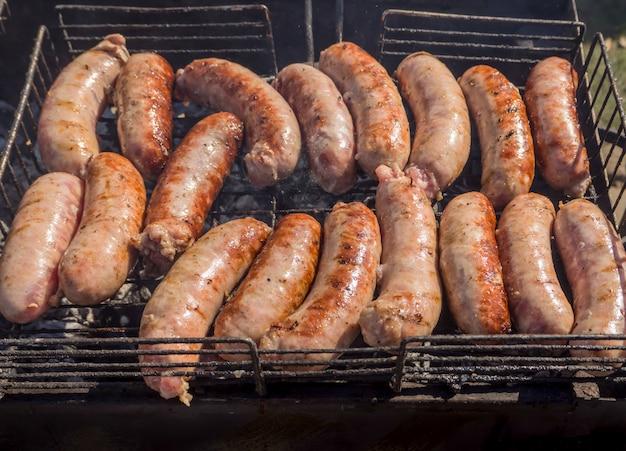 Cucinare la carne barbecue. salsicce alla griglia. kebab fritto nel fumo.