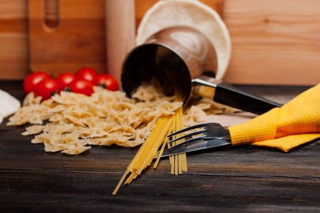Cucinare la pasta con pomodori e pentola