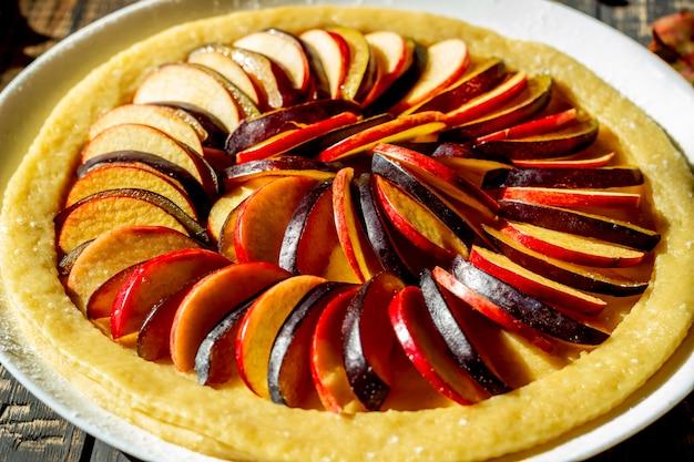 Cucinare la torta di mele alle prugne