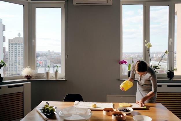 Cucinare pasta fatta in casa in una giornata di sole