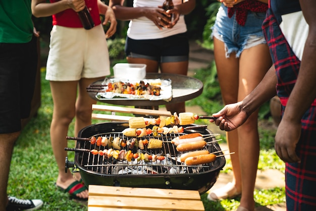 Cucinare per un gruppo di amici a mangiare barbecue