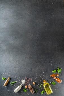 Cucinare sfondo di cibo con erbe aromatiche, olio d'oliva e spezie