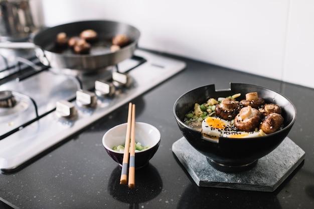 Cucinare spaghetti asiatici