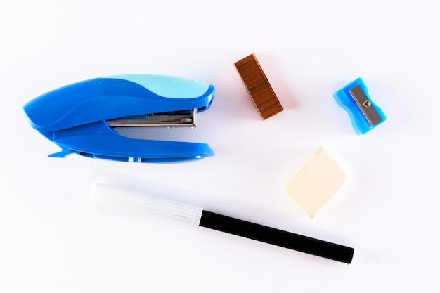 Cucitrice, penna, gomma e temperamatite