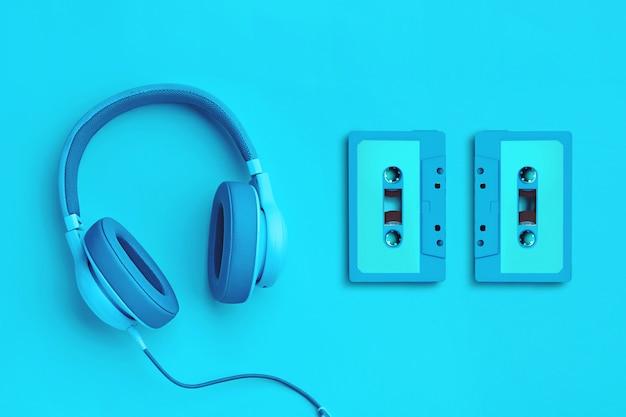Cuffie blu con audiocassetta su uno sfondo colorato