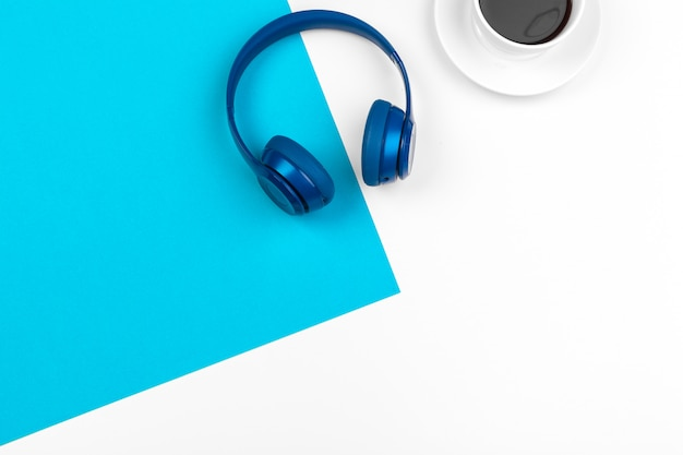 Cuffie blu su colore blu e bianco