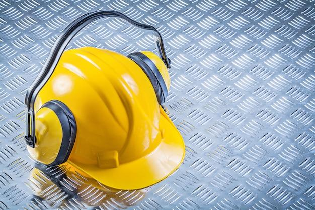 Cuffie che costruiscono casco sul concetto di piastra metallica scanalato della costruzione
