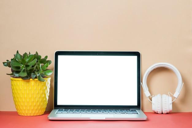Cuffie e impianti vicino al computer portatile