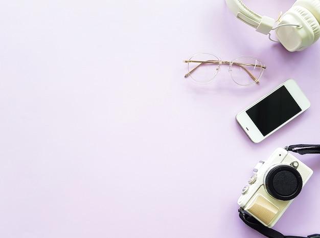 Cuffie, fotocamera, smartphone e occhiali per uno stile di vita minimo