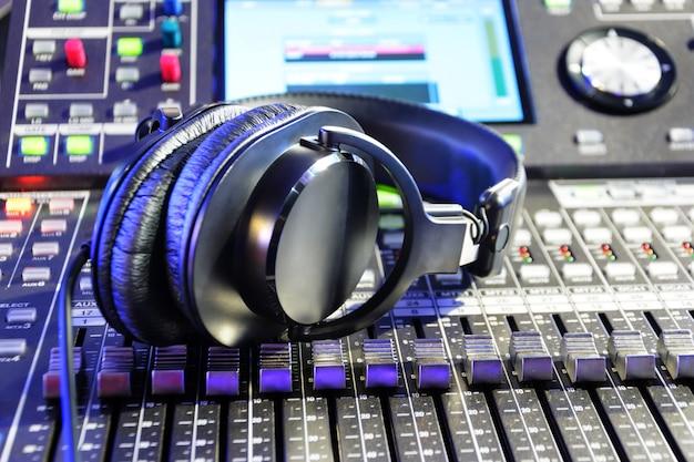 Cuffie su un mixer audio.