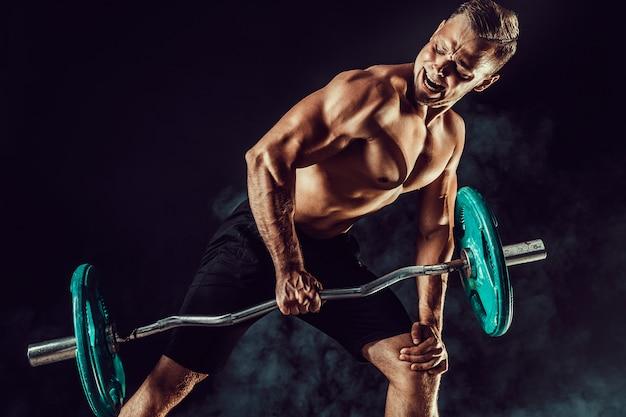 Culturista che fa esercizio per i muscoli della schiena con un bilanciere