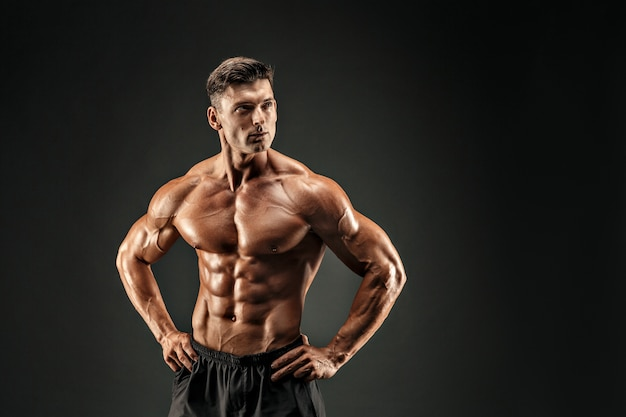 Culturista che mostra i suoi muscoli