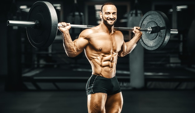 Culturista fitness uomo pompare i muscoli delle gambe