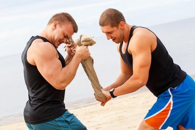 Culturisti sulla spiaggia