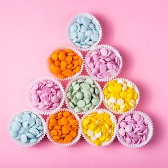 Cumuli di gocce di cioccolato multicolore