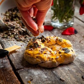 Cuocere a mano una spolverata di spezie sul primo piano torto di pasta.