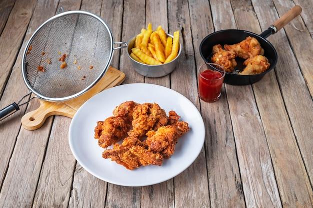 Cuocere il pollo fritto sul tavolo in cucina.