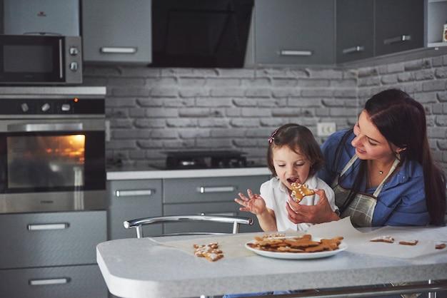 Cuocere l'animale dipinto da madre e figlia.