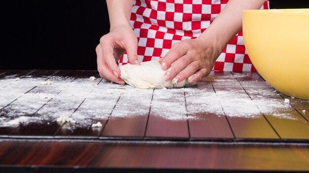 Cuocere preparando la pasta per la cottura in cucina
