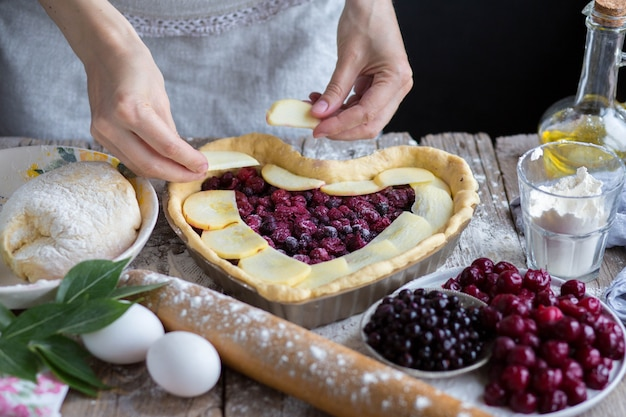 Cuocere una torta di frutta a forma di cuore. deliziosa torta fatta in casa fai da te. cucinando.