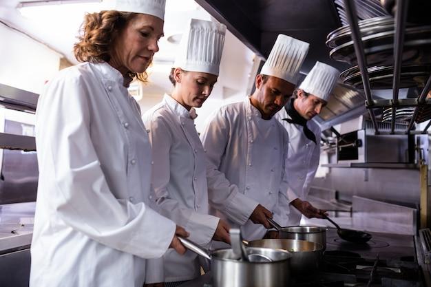 Cuochi che preparano cibo in cucina